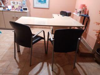 Mesa de oficina con dos sillas
