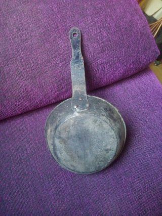 Menaje arcaico: sartén de hierro