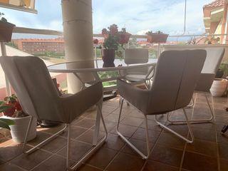 Conjunto mesa y sillas exterior.
