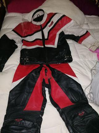 chaqueta y traje de cuero