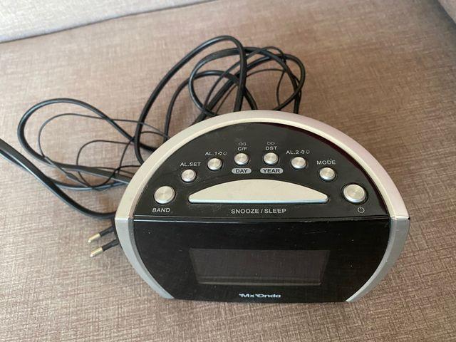 Radio reloj despertador, dos alarmas y termómetro.
