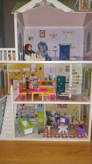 Casa de muñecas con muebles