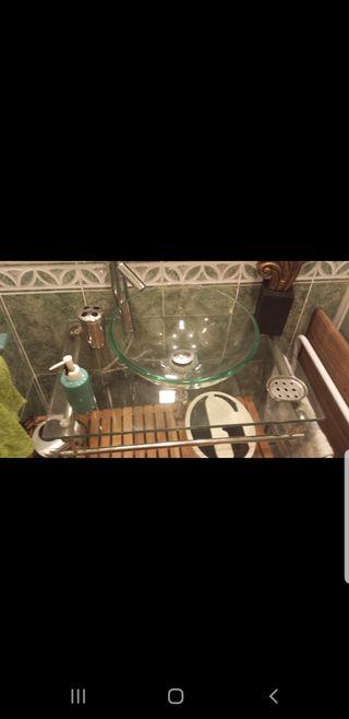 lavabo de cristal y mueble bajo