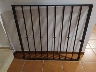 Puerta de reja de hierro