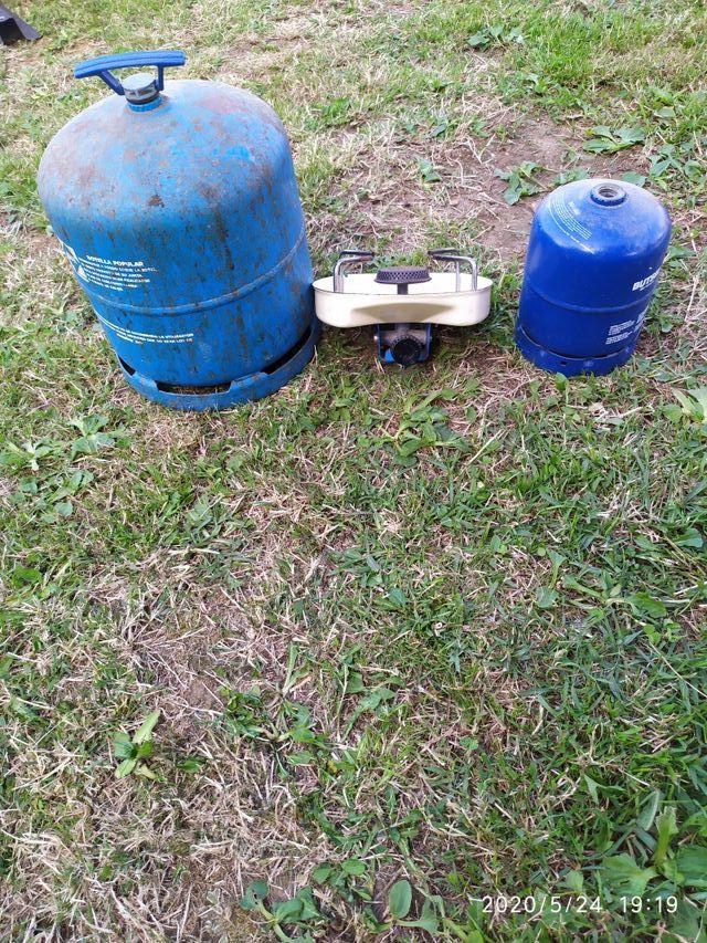 2 bombonas camping-gas con hornillo.