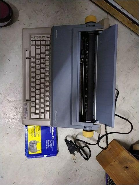 Maquina de escribir eléctrica + recambio.