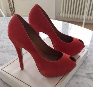 Zapatos de tacón ante rojo. Talla 37