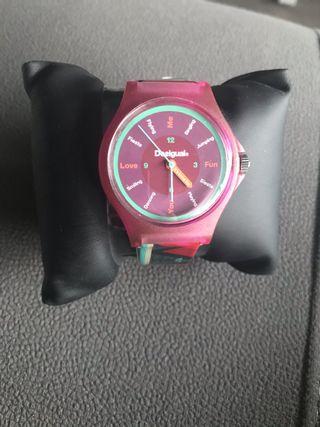Reloj marca Desigual con cajita