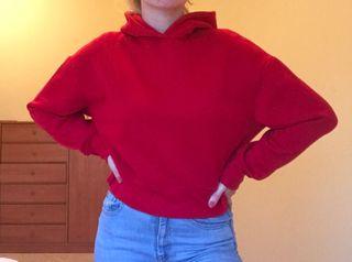 Sudadera roja cropped de Zara