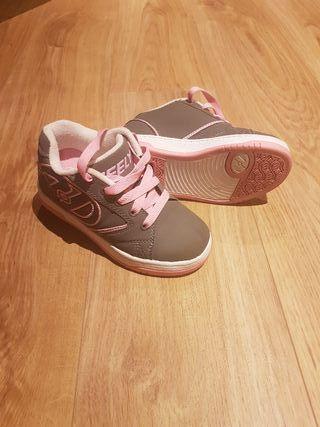Zapatillas Heelys ruedas niña rosa y gris.