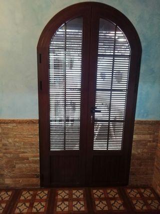 puerta y ventana de aluminio color madera y climal