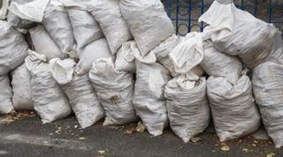 se retira sacos de escombros