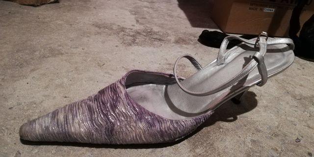 Zapatos de piel en tonos plateados...