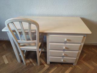 Escritorio y silla de madera blanca