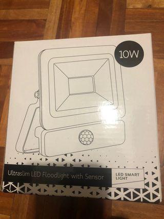 Foco / proyector con sensor pir 10w