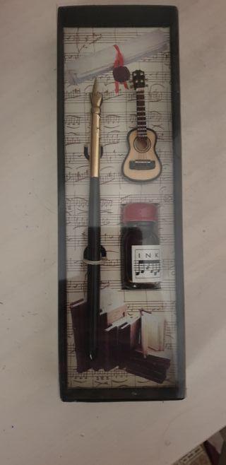 Pluma+Tintero y guitarra miniatura. NUEVO