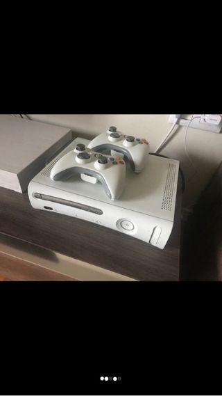 Xbox 360 + pack de juegos + dos mandos