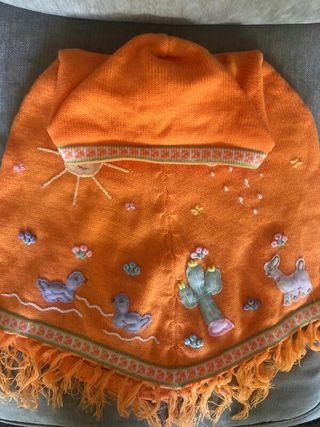 Poncho de niña con capucha