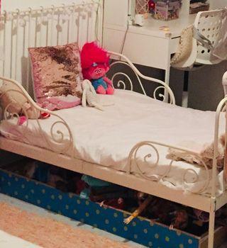 Mueble cama con colchón.