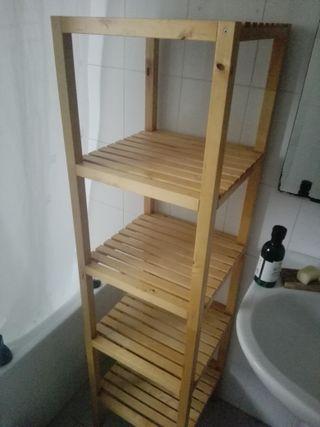 Estantería de madera con baldas abiertas