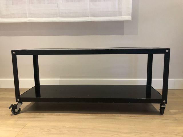 Mueble televisión con ruedas pintado en negro
