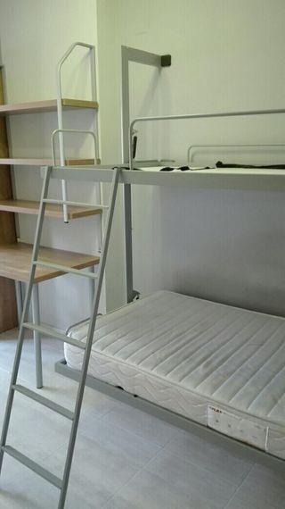 Habitación juvenil literas, estanteria y mesa