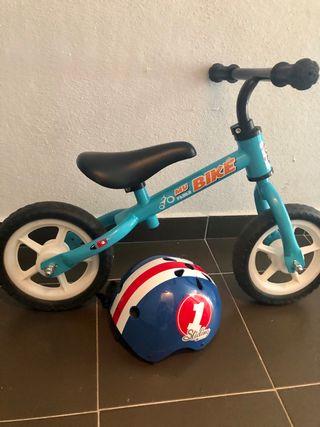 Bicicleta y casco niño pequeño iniciación