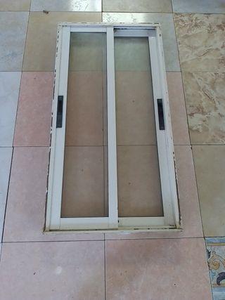 ventana en perfecto de aluminio
