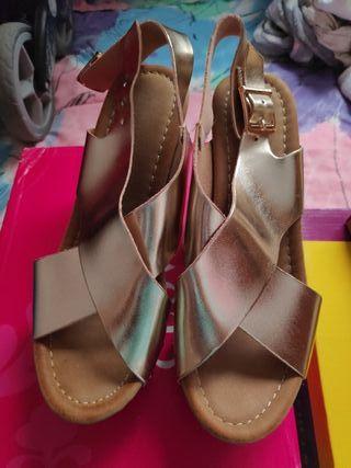 Sandalia tacón dorado