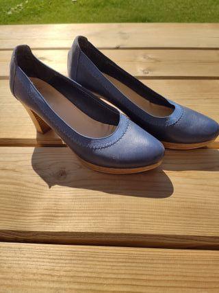 Zapato salón tacón medio azul muy cómodo