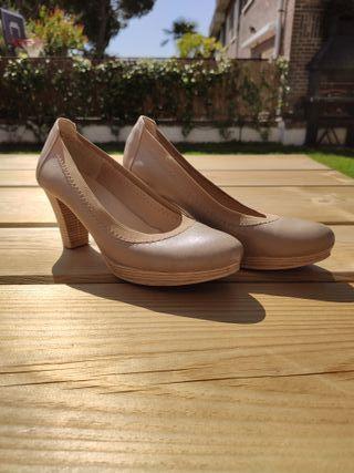 Zapato salón tacón beige muy cómodo