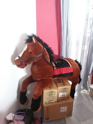 gigantesco caballo de peluche