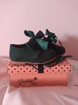 Zapatos verdes. Número 22. Puestos unas horas.
