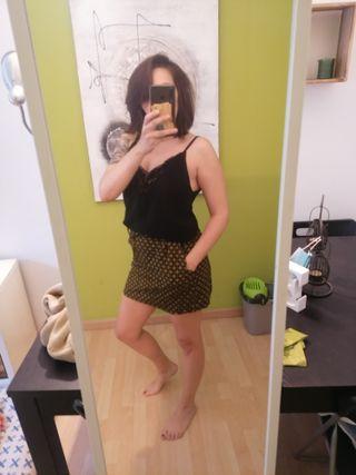 falda con etiqueta