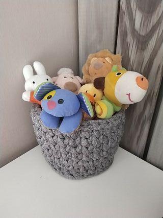 cesta con juguetes