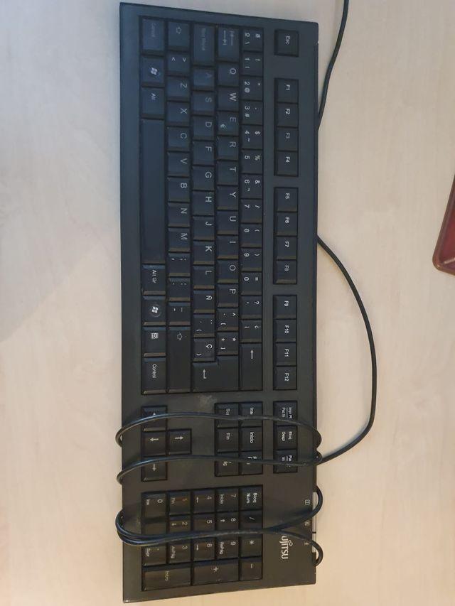 Teclado de la marca Fujitsu con ratón