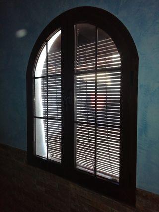 puerta y ventanas de aluminio color madera y clima