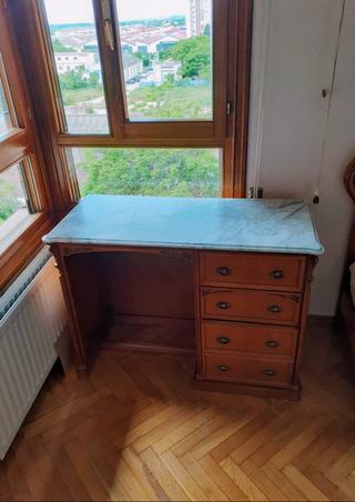 Dormitorio: mesilla, cómoda y escritorio