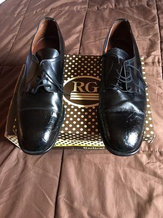Zapato negro de piel