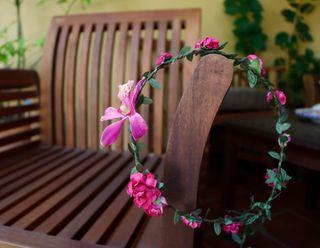Tocado, corona de flores rosa fucsia. Nueva