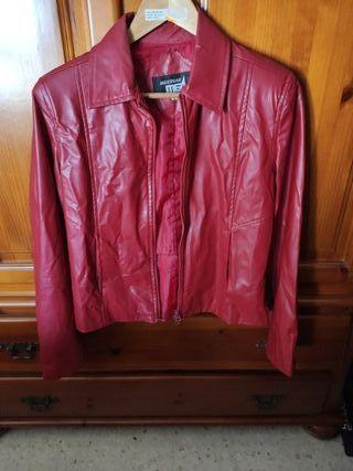chaqueta roja en perfecto estado