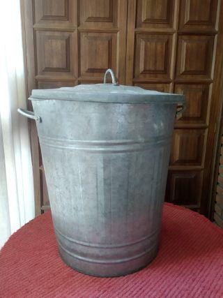 Cubo de basura con tapa de zinc