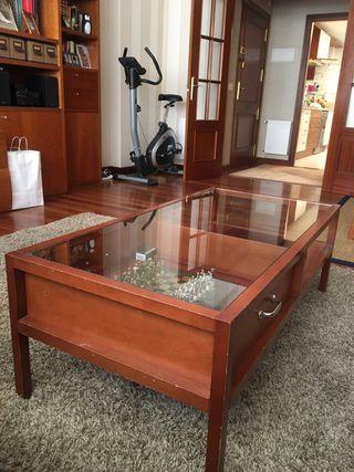 Mesa de madera de cerezo con vitrina