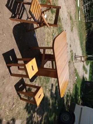 Mesa de cocina, taburetes y sillas
