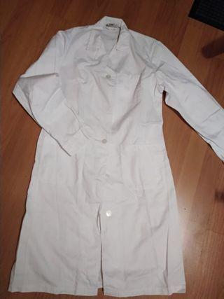 Conjunto sanitario Bata pantalón y camisa.