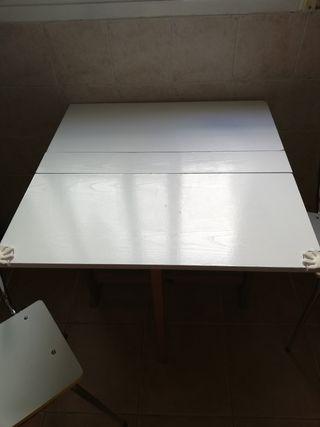 Mesa plegable y sillas de cocina