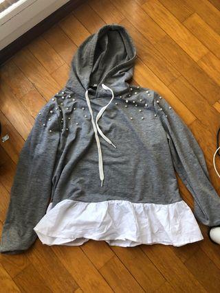 Sudadera de perlas gris con camisa abajo