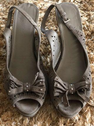 Zapatos color topo De Laurel 37
