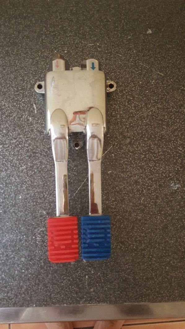 grifo pedal agua caliente y fría