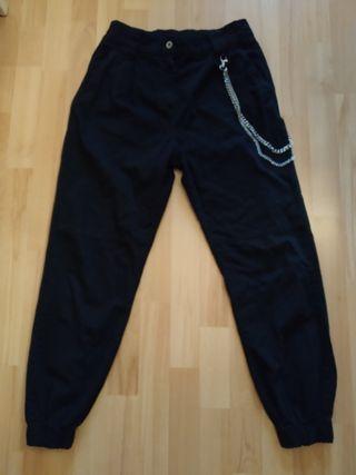 Pantalón negro con cadenas